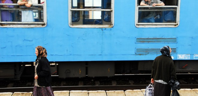 Romania. Donne alla stazione ferroviaria di Pascani
