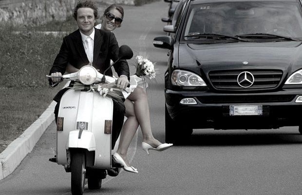 Foto di matrimonio stile reportage Gli sposi con la vespa si recano al Golf Sant'Andrea a Montorfano