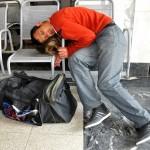 un passeggero si e' addormentato nella stazione delle ferrovie russe RZD a Ekaterinburg, russia, asia |a passenger and 'sleeping in the station of Russian Railways RZD in Yekaterinburg, russia , Asia