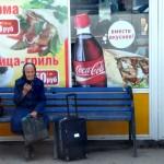 una donna anziana aspetta il bus alla stazione di Ekaterinburg, asia, russia ,siberia |an elderly woman waiting for a bus station in Ekaterinburg, asia, russia, siberia
