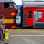 una donna con bambini attende il treno alla stazione di Pern lungo la transiberiana, russia ,asia |a woman with children waiting for the train at the station of Pern along the Trans-Siberian, Russia, Asia