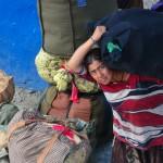 una donna in partenza carica i sui bagagli sul treno nella stazione di novosibrsk, russia, siberia, asia, |a woman in charge of the baggage on the train in the station novosibrsk, russia, siberia, asia,