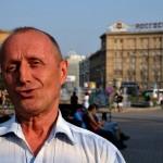 un uomo si presta per un ritratto in un parco a novosibirsk, russia, asia, siberia, |a man poses for a portrait in a park in Novosibirsk, Russia, Asia, Siberia,