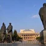 stadue dell'epoca comunista nella piazza del Teatro statale accademico dell'opera e del balletto di Novosibirsk|Communist-era statues in front of the State Academic Theatre of Opera and Ballet Novosibirsk