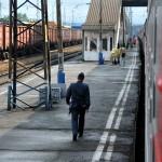 un militare cammina lungo i binari di una stazione intermedia tra Novosibirsk e Tomsk,, asia, russia, siberia,|a soldier walking along the tracks of an intermediate station between Novosibirsk and Tomsk, asia, russia, siberia