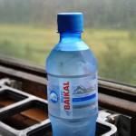 una bottiglietta d'acqua baikal nel vagone ristorante della transiberiana |a bottle of water baikal in the dining car of the Trans-Siberian