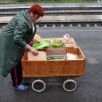 una donna vende dei prodotti da le cucinati ai passeggeri delel transiberiana , asia ,russia, siberia |a woman sells cooked products from the passengers of the Trans-Siberian, asia, russia, siberia
