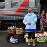 ambulanti vendono prodotti caserecci ai passeggeri della transiberiana , asia, russia, siberia |street vendors sell homemade food to the passengers of the Trans-Siberian, asia, russia, siberia