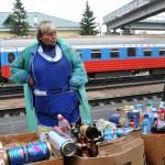 una donna vende delle bibite in una stazione all'arrivo della transiberiana, asia, russia, siberia |a woman sells soft drinks in the arrival of the Trans-Siberian railway, asia, russia, siberia