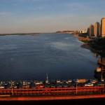 Il ponte ferroviario della Transiberiana parallelo ad ponte stradale attraversa il Volga a Nizhni Novgorod Asia, federazione russa |The Trans-Siberian railway bridge parallel to the road bridge across the Volga at Nizhni Novgorod Asia, Russian Federation