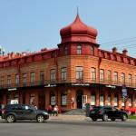 un negozio di abbigliamento alla moda in una via di Khabarovsk, russia, siberia, asia |a clothing store in a fashionable street in Khabarovsk, Russia, siberia, asia