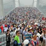migliaia di persone all'inaugurazione del ponte sospeso a vladivostok, asia, russia, |thousands of people at the opening of the suspension bridge in vladivostok, asia, russia,