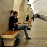 delle persone aspettano il treno in una stazione della metropolitana a mosca, europa, russia, |people waiting for the train in a subway station in Moscow, europe, russia,
