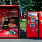 distributore automatico di pizza nei giardini del Centro Espositivo VDNKh a mosca, Europa, ruissa |pizza vending machine in the gardens of VDNKh Exhibition Centre in Moscow, Europe, ruissa