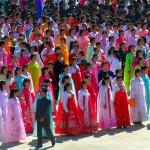 Corea del nord, abitanti della città di Raijin inquadrati alla cerimonia di innaugurazione nella zona portuale militare per la riapertura della linea ferroviaria Khasan (l'Estremo Oriente russo) alla città portuale nord coreana Rajin