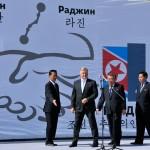 corea del nord, l'arrivo del presidente delle RZD ferrovie russe Vladimir Yakunin, con i ministri nord coreani alla cereimonia di innaugurazione