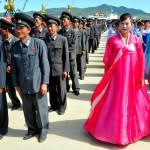 corea del nord, personale delle ferrovie Nord Coreane in uniforme,e donne locali, inquadrati per la cerimonia di innaugurazione nella zona portuale militare per la riapertura della linea ferroviaria Khasan (l'Estremo Oriente russo) alla città portuale nord coreana Rajin,