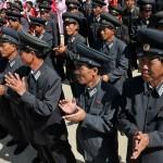 corea del nord, personale delle ferrovie Nord Coreane in uniforme,e donne locali, inquadrati per la cerimonia di innaugurazione