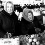 Ucraina donne anziane vendono ortaggi al mercato di Zhitomir Ukraine elderly women selling vegetables at the market in Zhitomir ph © Nicola De Marinis