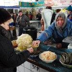 Transnistria donna che vende sottaceti al mercato di Tiraspol Transnistria woman selling pickles market in Tiraspol ph © Nicola De Marinis
