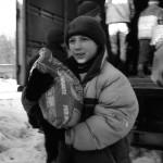 i ragazzini partecipano allo scarico degli aiuti dai camion del convoglio Umanitario the boys involved in the discharge of aid by truck convoy Humanitarian ph © Nicola De Marinis