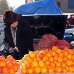 un uomo con il suo banco di arance al mercato di tblisi a man with his bench oranges to market tblisiph © Nicola De Marinis