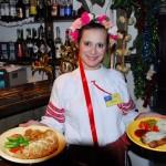 Transdnistria una cameriera con dei piatti tipici al ristorante Kymahek di Tiraspol Transnistria a maid with typical dishes at the restaurant Kymahek Tiraspol ph © Nicola De Marinis