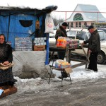 Georgia Montagne del Caucaso una donna anziana vende uova lungo la strada Georgia Caucasus Mountains an elderly woman sells eggs along the way ph © Nicola De Marinis