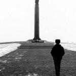 Ucraina Zhitomir un uomo passeggia verso il monumento all'indipendenza e ph © Nicola De Marinis