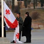 Georgiani issano la bandiera sul sagrato della cattedrale della Santissima Trinità a Tblisi Hoist the Georgian flag in the churchyard of Holy Trinity Cathedral in Tbilisi ph © Nicola De Marinis