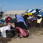una donna siriana lava dei panni nelcampo profughia idomeni in grecia
