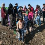 profughi fanno rifornimentio d'acqua ad un rubinetto nel campo di idomeni in grecia