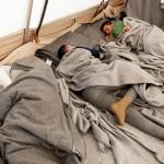 tende di profughi nell'ultima area di servizio lungo la strada per Idomeni in Grecia