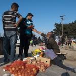 venditori ambulanti improvvisati nel campo profughi a idomenii in grecia