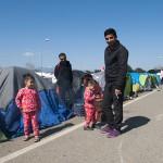 accampamento di profughi nell'ultima area di servizio lungo la strada per Idomeni in grecia