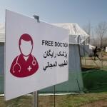 accampamento di profughi nell'ultima area di servizio lungo la strada per Idomeni in grecia, tenda di medici senza frontiere