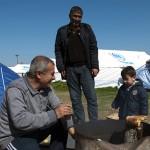 profughi preparano il tè nell'ultima area di servizio lungo la strada per Idomeni in grecia