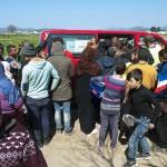 distribuzione di indumenti nel campo profughi di idomeni tra grecia e macedonia