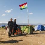 profughi curdi con la loro bandiera nel campo profughi di diomeni in grecia