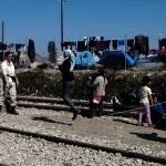 momenti di svago nel campo profughi a idomeni grecia