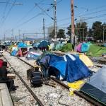 tende dei profughi sui binari nella stazione ferroviiaria di idomeni sul confine tra grecia e macedonia