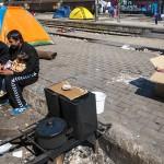profughi nella stazione di idomeni sul confine tra grecia e macedonia