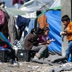 bambini profughi nella stazione di Idomeni sin grecia sul confine con la macedonia