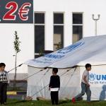 bambini siriani giocano nel campo profughi allestito nell'area di servizio eko lungo la strada per idomeni in grecia