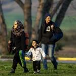 una famiglia siriana si incammina lungo la strada per Idomeni verso il confine con la macedonia in grecia