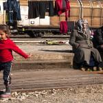 una bambina irachena gioca trai binari nel campo profughi allestito nella stazione di Iodmeni tra grecia e macedonia