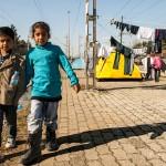 bambini iracheni con bottiglie d'aacqua, nella stazione di idomeni al confine tra grecia e nacedonia