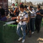 profughi in fila per un pasto nella stazione ferroviaviaria di idomeni in grecia