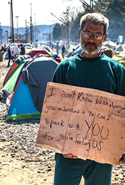 profughi siriani in protesta sul confine con la macedonia a idomeni in grecia