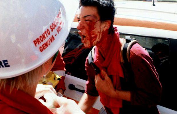 Genova G8 2001 un dimostrante viene medicato dal personale del 118 di Genova